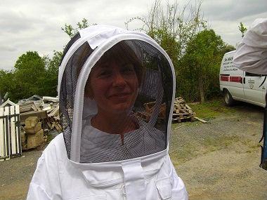 Essaimage du vendredi 11 mai 2012 avec M.Philippe Giraud apiculteur à Bouresse-Poitou-Charentes Sandrine apicultrice