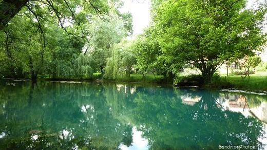 Fontaine du Puy Rabier, Eaux bleues d`un gouffre, Légende de la fosse au Diable, Magné dans la Vienne, Poitou-Charentes (14)
