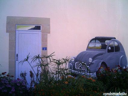 trompe l`oeil peint sur un mur de l`ancienne paroisse Bouresse